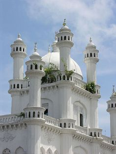 A beautiful old mosque in Colombo, Sri Lanka (by Carmelo Aquilina).