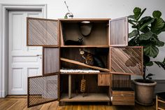 Cat psychologist Susanne Hellman Holmström and Eleonor Moschevitz has created The Cat Flat, a piece of modern cat furniture in the form of a cabinet. Sisal, Flat Design, Modern Design, Cat Playhouse, Cat Flats, Happy Design, Pet Furniture, Modern Cat Furniture, Furniture Design