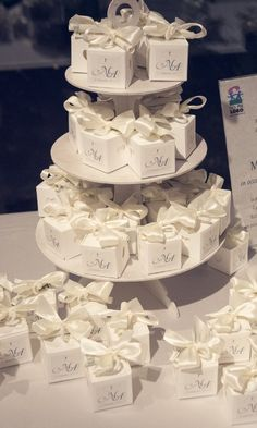Regali per invitate al femminile: le 7 migliori proposte Gifts for female guests: the 7 best proposals Wedding Favours Luxury, Gold Wedding Favors, Wedding Gifts For Guests, Wedding Cake Boxes, Wedding Cakes With Cupcakes, Wedding Doorgift, White And Gold Wedding Cake, White Wedding Decorations, Wedding Details