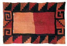 """Nazca. Manto funerario. Tejido de urdimbres y tramas discontinuas, fibra de camélido. La reversibilidad de esta representación de """"estilo geométrico"""" es lograda mediante esta técnica. Sorprende lo imponente de su imagen visual."""