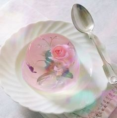 Beautiful jelly dessert with a flower inside, to lovely to eat! Jelly Desserts, Cute Desserts, Desserts Japonais, 3d Jelly Cake, Jelly Flower, Decoration Patisserie, Japanese Sweets, Japanese Wagashi, Japanese Food