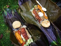 Alto de San Miguel, Antioquia, Colombia. This typical Colombian lunch packed in banana leaves is a good way to reduce plastic usage. Durable and ecofriendly solution when hiking in the forests!