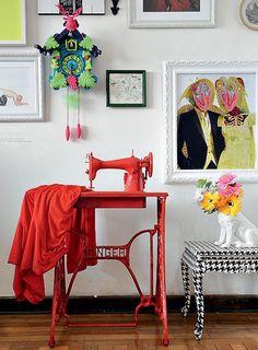 """A roupa sobre a máquina de costura inspirou a cor que o artista plástico Felipe Morozini deu à peça. Ele também pintou a mesa com estampa pied-de-poule. """"Procuro produzir em cima do que já existe"""", diz"""