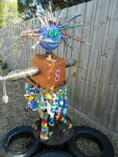 Idea for a scarecrow that makes noise in the wind, shimmers and sparkles in the sun, and reflects light in the dark! Recycled Garden Art, Recycled Art Projects, Garden Crafts, Recycled Crafts, Recycled Materials, Green School, Plastic Bottle Crafts, Autumn Crafts, Trash To Treasure
