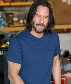 Don't ask me to describe of howw I'm into this picture of Keanu so much! How relaxed, laid back and simple style, but yet ultimately… Keanu Reeves John Wick, Keanu Charles Reeves, John Wick Movie, Keanu Reeves Quotes, Keanu Reaves, Bodybuilder, Gorgeous Men, Beautiful People, Celebrity Crush