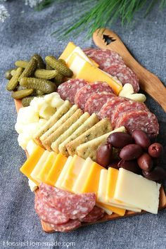 Everyone loves a delicious Charcuterie Board. This gift idea can be given to teachers, neighbors, friends or a hostess gift. Cheese Gift Baskets, Cheese Gifts, Meat And Cheese Tray, Club Crackers, Cheese Curds, Charcuterie Board, Homemade Gifts, Deli, Diy Christmas