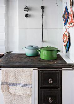 Keittiön hella muurattiin uudelleen. Uunin luukut ja tasot ostettiin käytettyinä muurarilta.