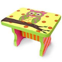 Spring Owl Step Stool - Prepaint base color and main image, let kids stamp or sponge paint leaves, simple shapes, and other decorations (use sharpie to include teacher/student names) Funky Painted Furniture, Kids Furniture, Painted School Desks, Kids Stool, Step Stools, Painted Stools, Owl Classroom, Accent Chairs Under 100, Camping Crafts