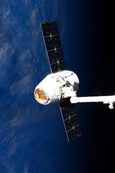 SpaceX-6 Dragon set for Earth return | International Space Station May 21, 2015: SpaceX Dragon CRS-6 now released and returning cargo to Earth. Set for splashdown at ~12:42pm ET, bringing ~3,100 lbs of ISS Research. Credit: NASA/JSC, U.S. Astronaut Terry Virts Date: May 21, 2015