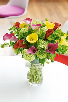 A la manière d'un bouquet de fleurs des champs, callas et Viburnum se marient de manière inattendue ! ©Virginie Perocheau