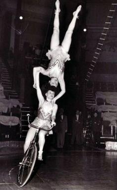 Austrian acrobatic team at circus in Paris 1954 Old Circus, Circus Art, Circus Clown, Circus Theme, Vintage Circus Performers, Old Photos, Vintage Photos, Circus Acrobat, Art Du Cirque