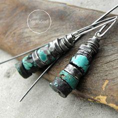Kolczyki wykonane są ze srebra oksydowanego pr. 925 oraz plasterków turkusów śr. ok 8 mm . Całkowita długość kolczyków (od szczytu bigli) - ok. 4,8 cm. waga jednego kolczyka - 2,6