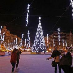 Navidad en la Plaza del Ayuntamiento, Valencia. It really looks this beautiful tonight.