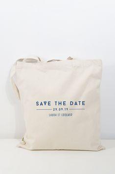 Save the date original avec ce tote bag personnalisable avec les prénoms des futurs mariée et la date de leur mariage. Coton Bio, Parfait, Save The Date, Comme, Dating, Wedding Ideas, Quirky Wedding, Unique Weddings, Quirky Gifts