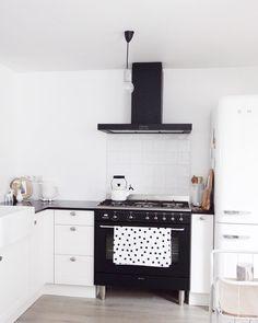 suuuzann_ op Instagram: '♡ zwart witte keuken, smeg, smeg koelkast, smeg fornuis, witte tegeltjes