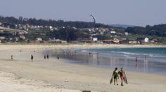 La playa de A Lanzada conserva ese aire mágico que rodea a Galicia y sus tradiciones. La víspera de San Juan este arenal se convierte en el escenario de un ritual de fertilidad.