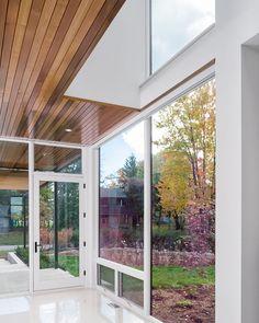Modern indoor-outdoor interplay: Ottawa River House
