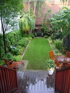 Love this design for a small and narrow yard! [ EverestRubberMulch.com ] #backyard #mulch #landscape
