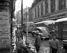Común estampa en la antigua Ciudad de México !!! En escena la Casa Boker,hoy aún existente !!!  Década 50