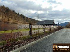 Deskový plot na venkově. Dřevo je ošetřeno nátěrem a tlakovou impregnací kvůli dlouhodé životnosti.