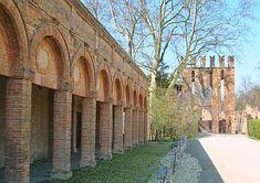 MInerbio, località Soverzano. Porticato del castello sede della Fiera di S. Martino dei Manzoli. La fiera nacque nel 1531 come prolungamento di quella che si teneva alla Riccardina di Budrio e la sostituí. Si svolgeva nei giorni 4 e 5 ottobre di ogni anno nei parti intorno al Castello dei Manzoli. Il lungo porticato venne rifatto nella forma attuale nel 1684.