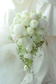 ころんころんとした丸いバラのなか、ひときわ大きな花は芍薬。実は今年5月のブーケです。ブーケを見た途端に号泣してしまった花嫁様から、その日の素敵な写真をいた...