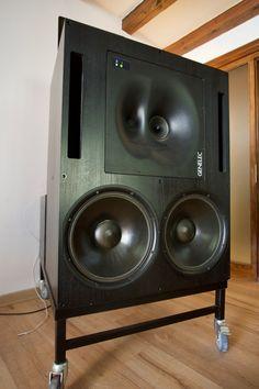 Genelec 1039 A - La puissance intrinsèque est phénoménale, 1270 W par enceinte avec pour corollaire une écoute à bas niveau pleine de bas en haut, c'est riche, précis, détaillé et hyper nerveux.C'est une écoute en 3 D absolument sidérante . #genelec#genelec1039
