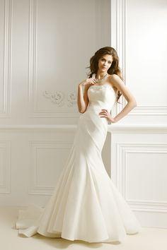 マーメイドラインのスパイラルドレスです。螺旋状に布をはいだドレスのことをスパイラルドレスと呼びます。バックにはフリルがついております!