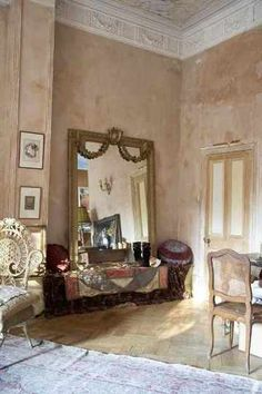 Film Location-Masionette located in Holland Park with faded venetian palazzo feel, elegantly romantic located in London French Decor, French Country Decorating, Fee Du Logis, Parisian Decor, Parisian Chic, Faux Painting, Wall Finishes, Interior Decorating, Interior Design