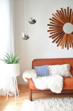 Wohnzimmer mit Ledercouch. Home, Living, Boho, Interior, Interieur, Blog, DIY, At home with, Berlin, Altbau
