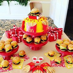 Mcdonald's cake and cupcakes. I made the burgers out of brownies and cupcakes for the buns. The fries are made from sugar cookies. Burger Cake, Burger Party, Fun Cupcakes, Birthday Cupcakes, Cupcake Cakes, Mcdonalds Birthday Party, Easy Cupcake Recipes, Funny Cake, Crazy Cakes
