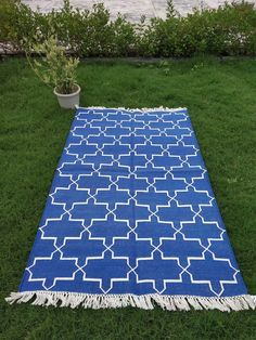 This multi color rugs you can use in your drawing room or in your guest house also its look very charming. And best thing of this rug is that you can floor it on any slippery floor like tile floor, marble floor. Marble Floor, Tile Floor, Picnic Blanket, Outdoor Blanket, Slippery Floor, Dhurrie Rugs, Earthy, Braids, Carpet