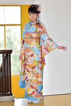古典柄振袖 水色/金色 商品画像1 Japanese Outfits, Japanese Fashion, Kabuki Costume, Japan Woman, Coming Of Age, Japanese Kimono, Sari, Traditional Dresses, Feminine
