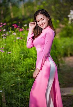 Ao Dai, Moda China, V Dress, Vietnamese Dress, Beauty Full Girl, Beautiful Asian Women, Sexy Asian Girls, Traditional Dresses, Asian Woman