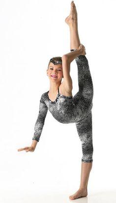 Brooke Hyland dance picture it is crazy how flexible she is! Mom Season 1, Dance Moms Season, Dance Moms Brooke, Dance Moms Girls, Girls Dance Costumes, Dance Outfits, Brooke And Paige Hyland, Cool Dance Moves, Dance Mums
