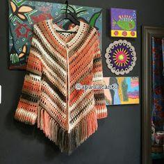 Canto do Pano Artesanato: Kimono Crochê ou Poncho aberto com gráfico Crochet Poncho Patterns, Crochet Shawls And Wraps, Crochet Jacket, Crochet Stitches, Hand Crochet, Knit Crochet, Crochet Hats, Poncho Shawl, Crochet Slippers