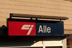 Stationsschild Alle der CJ chemins de fer du Jura am Bahnhof Alle in der Ajoie im Kanton Jura der Schweiz