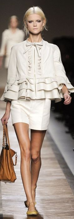 See the entire collection from the Valentino Spring 2011 Ready-To-Wear runway show. Vogue Fashion, New York Fashion, Runway Fashion, Fashion Show, Womens Fashion, Fashion Trends, Glamour Moda, Fashion Designer, Raincoats For Women