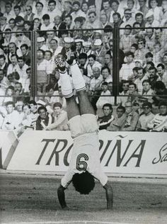 Hugo Sanchez, in better times with Real Madrid. Real Madrid Football Club, World Football, Football Soccer, Fc Dallas, Best Football Players, Soccer Players, Fifa, Hugo Sanchez, Black And White Football