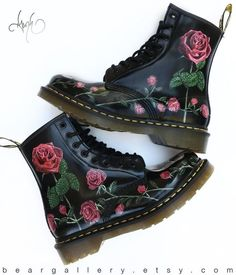 Custom Painted Rose Doc Martens Boots - Hand Painted Flowers Boots - Custom Flower Doc Martens - Rose floral pattern- Doc Martin BearGallery Source by christaniermann - Dr. Martens, Doc Martens Stiefel, Doc Martens Outfit, Doc Martens Boots, Hippie Mode, Hippie Style, Cute Shoes, Me Too Shoes, Trendy Shoes