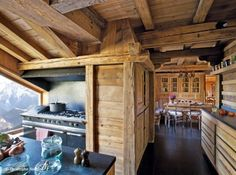 Visite chalet typique 8 Chalet Design, Chalet Style, Dream Home Design, House Design, Swiss House, Chalet Interior, Timber Frame Homes, Mountain Homes, Kitchen Styling