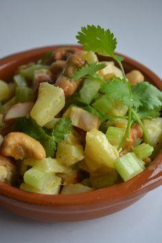 Een salade met een lekkere bite door de noten en de bleekselderij. De combinatie met gerookte kip, ananas en kerrie is super. De reden da...