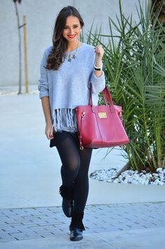1000 MANERAS DE VESTIR: Casual. Grey lace cami+black skirt+black tights+black fringed ankle boots+grey-blue fringed sweater+red tote bag+necklace. Fall Everyday Outfit 2016