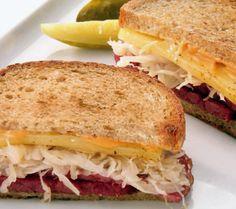 Nici nu mai știu când am auzit pentru prima oară de Reuben sandwich (să fi fost în Seinfeld? Chiar nu-mi amintesc). Cert este că această delicatesă newyorkeză m-a cam surprins: mă așteptam să fie v...
