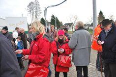 Promotionteams verteilten auf dem Bahnsteig, rund um den Bahnhof und in der Heinsberger Innenstadt neue Fahrplanminis.
