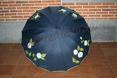 Paraguas azul decorado con margaritas