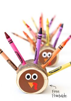 Love these Crayon Turkeys for the #Thanksgiving Kids Table with a #FreePrintable via @PagingSupermom