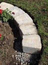 betonikivirajaus istutusalueen ja nurmen välissä. - Edging between flower bed and grass.