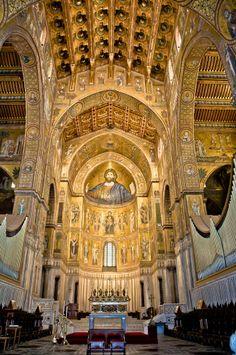 Catedral de Monreale, siglo XII. Los arcos apuntados del interior son ejemplo de la influencia del arte árabe, así como la techumbre de madera.