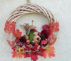 Őszi ajtódísz (Cs.T.) Door Wreaths, Grapevine Wreath, Grape Vines, Christmas Wreaths, Halloween, Holiday Decor, Flowers, Diy, Pasta